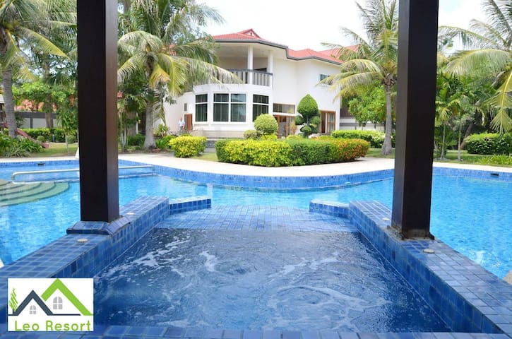 A 450m2 villa, 1600m2 garden with pool and jacuzzi