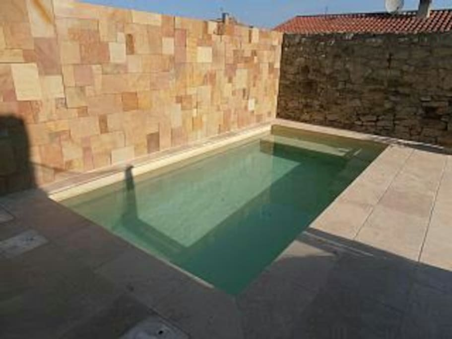 Repos au bord d une piscine chauff e et jacuzzi houses for Reduction piscine center