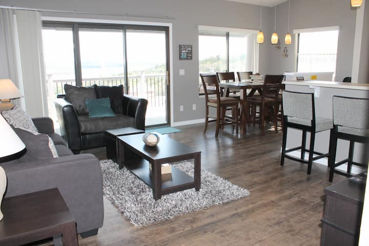 Fantastic 2 bed 2 bath Condo- Boat Slip Included! Perfect location- Great Lake Views! Close to everything Branson offers!