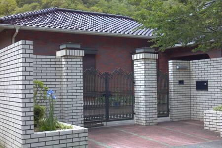 山奥の一軒家 広々としたお部屋に専用のトイレです ペットもOK - Sasayama komori