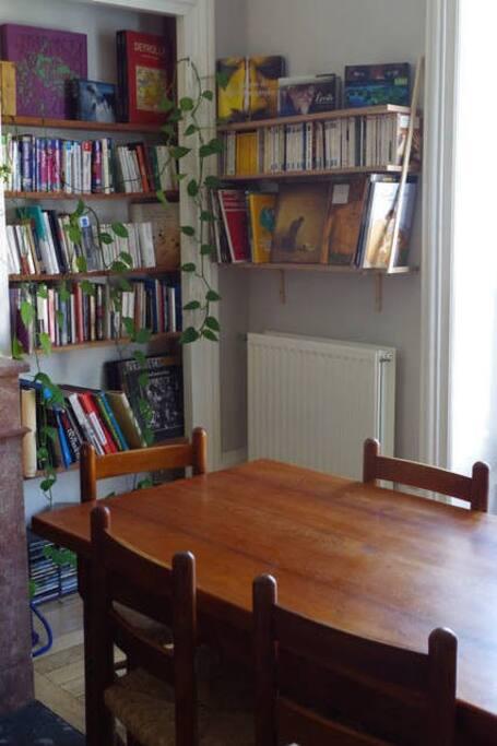 Le salon : coin-repas et bibliothèque