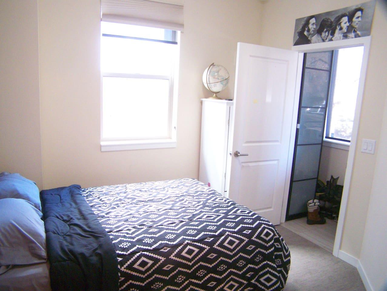 Single room with ensuite bathroom