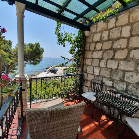 Private room with a great terrace next to the sea
