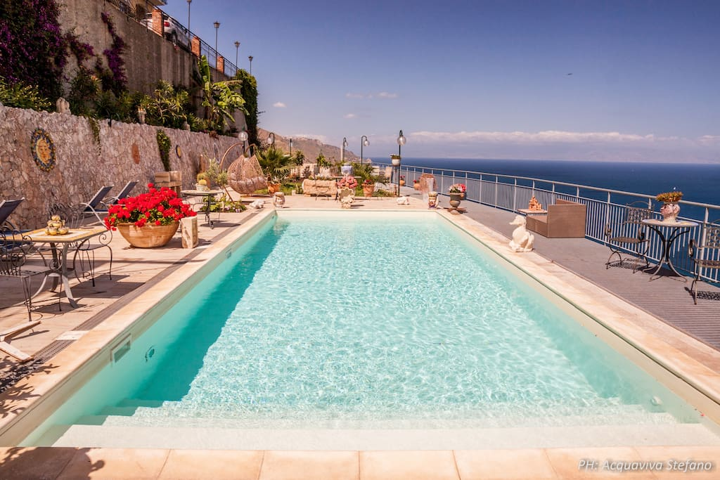 sea view apartment with pool appartements louer taormina sicilia italie. Black Bedroom Furniture Sets. Home Design Ideas