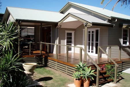 Centre of Town , 500 meters to shops and river - Ballina - Huis