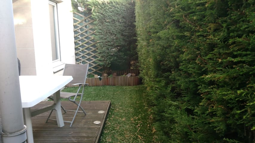 Quiet room in ground floor 5min walk from subway - Oullins - Byt