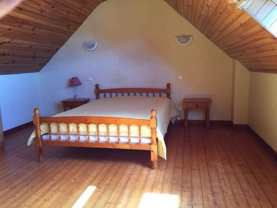 la chambre très spacieuse et lumineuse
