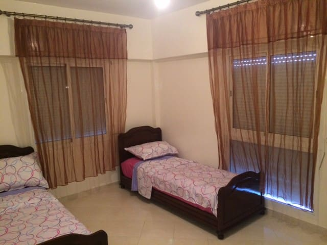 Chambres avec 2 lits et une armoire