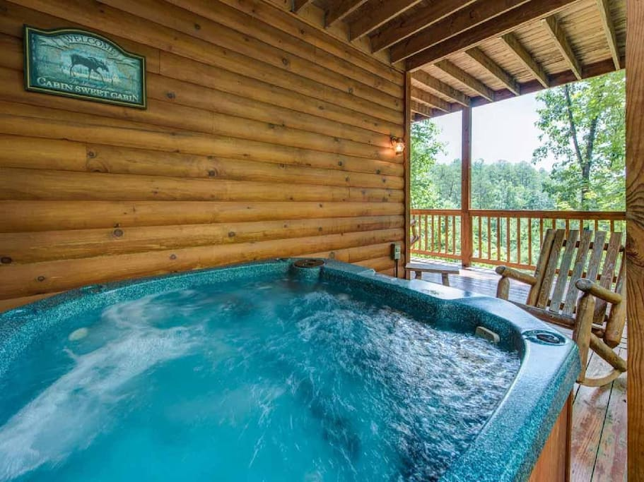 The blissful hot tub - The large hot tub on the lower deck is perfectly positioned so that you can revel in the majesty of the su