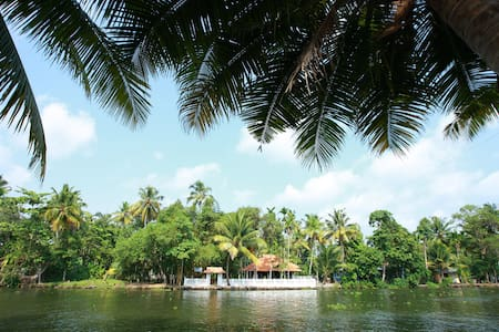 Spectacular Punnamda Backwaters View Deluxe Room - Alappuzha