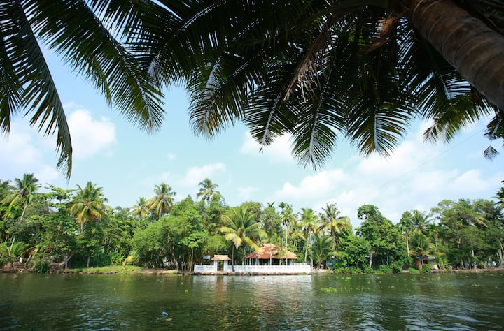 Spectacular Punnamda Backwaters View Deluxe Room