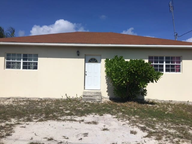 Cozy 2 Bedroom within walking distance to Beach