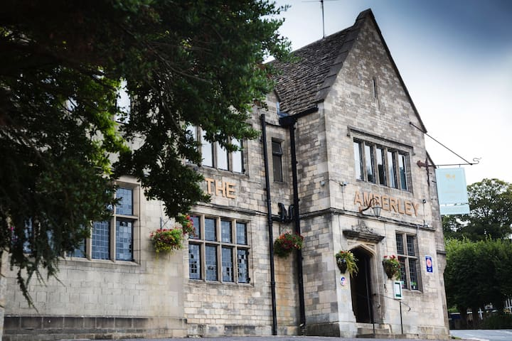 Stay at a beautiful 18th century Cotswold Inn - Amberley