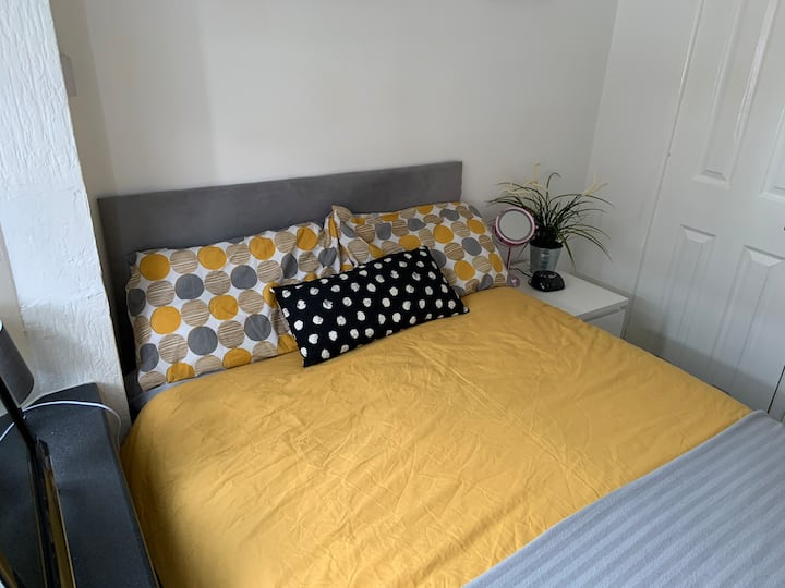 Tiny cosy self contained studio, walk to city