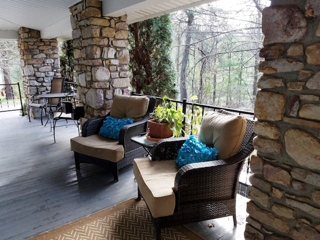 Stone Cottage-2.5 miles from Biltmore Park!