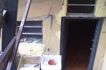 um quarto com banheiro em casa de familia e segura