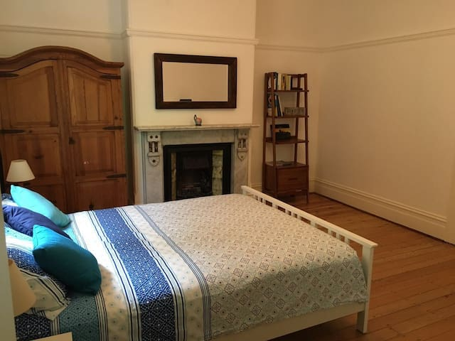 Large Room in Cozy House next to Beach - Manly - Haus
