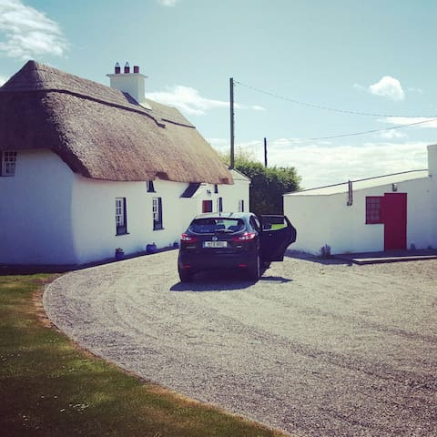 Thatched Farmhouse 300+ years old - Wexford