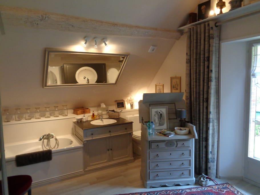 Chambre de charme avec salle de bain int gr e bed for Salle bain dans chambre