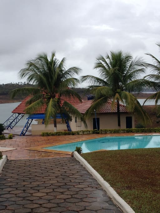 vista da piscina comum no condominio