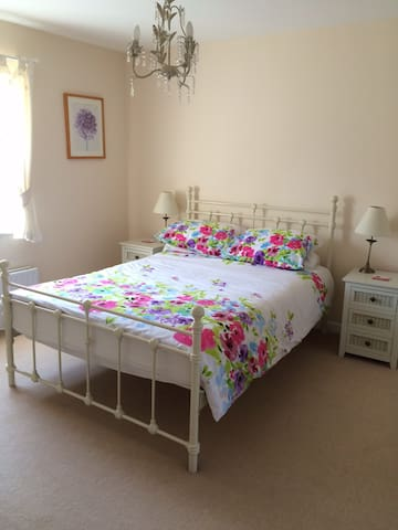 Sunny double bedroom with ensuite - Angmering