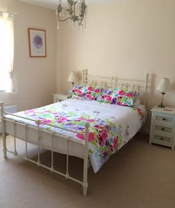 Sunny double bedroom with ensuite - Angmering - Bed & Breakfast