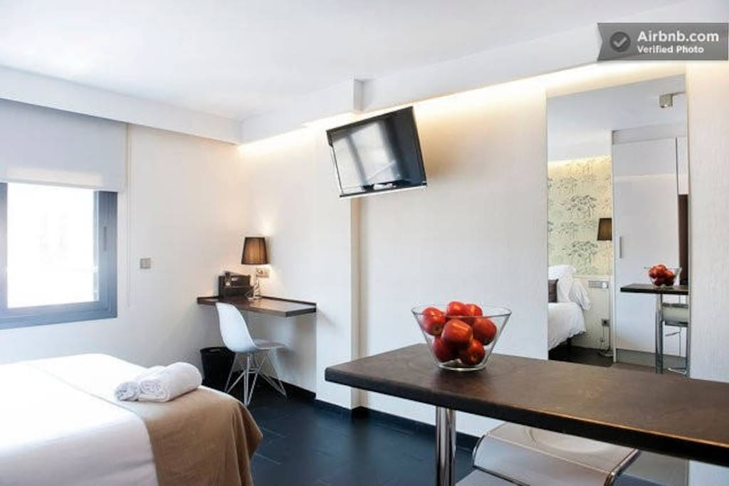 Ample room with one double bed, large 40' TV, free internet WI-FI. Comfortable bar with 2 stools.