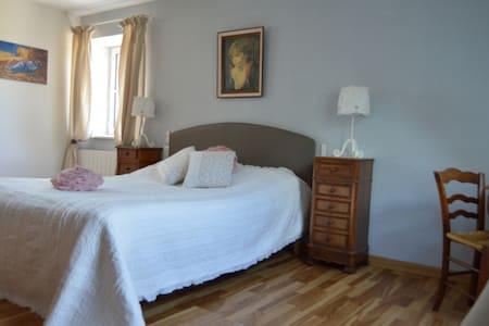 Margot - chambre deco classique - Louroux-de-Bouble - Bed & Breakfast