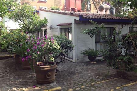 Casa colonial rústica en condominio horizontal - Cuernavaca