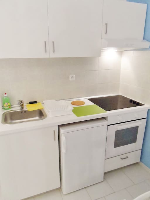 Fully equipped kitchen (grill, fridge, hobs, kettle, coffee machine, tost machine available)