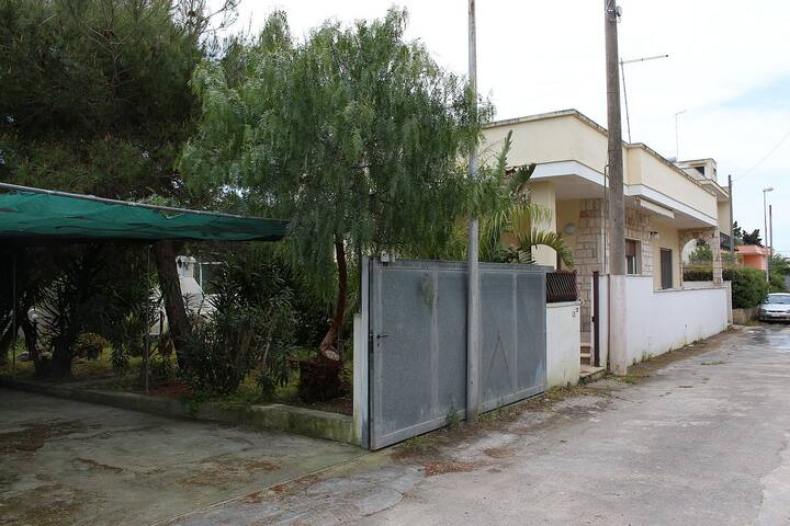 House with large garden overlooking - Santa Maria Al Bagno - Dom