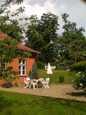 Grosse Wohnung mitten im Grünen - Krembz - Huis