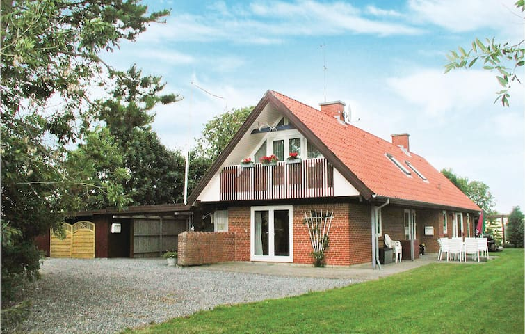 Holiday cottage with 5 bedrooms on 200m² in Erslev