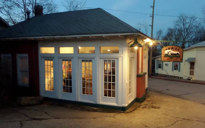 Texaco Bungalow - Historic Gas Station Suite, Quaint, and Quirky, Large Deck, Full Kitchen