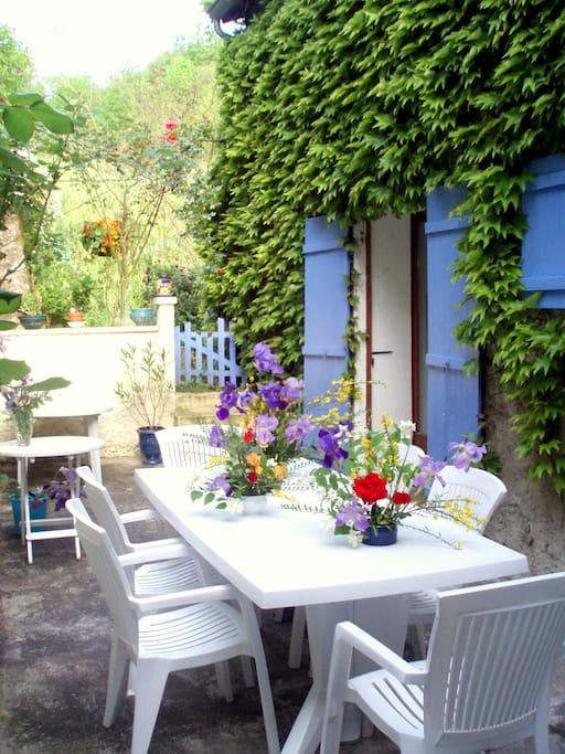 La terrasse où l'on prend le petit-déjeuner dès qu'il fait beau