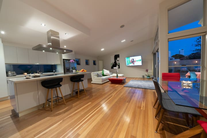 Surfers  Paradise Entire House, Location Location