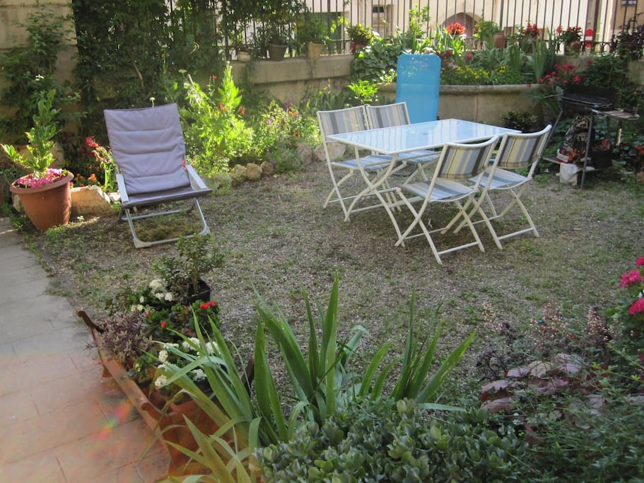 Garden fully equipped for a barbecue party