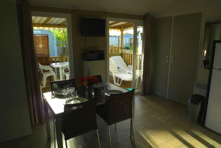 Terrasse éclairée mobil-home 2 chambres. Salon de jardin et transats.