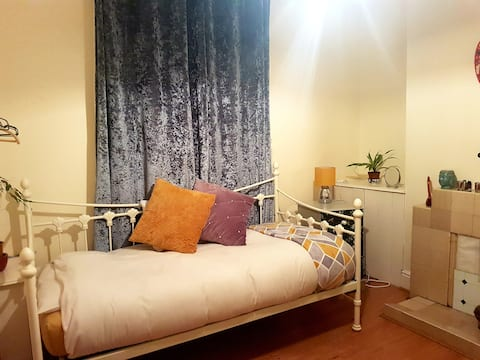 Spacious bedroom with single bed 2.9 miles To City