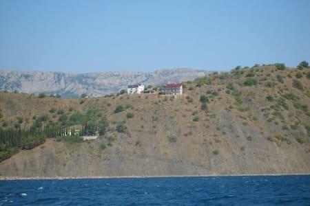 Дом в Крыму на берегу моря -  Алушта