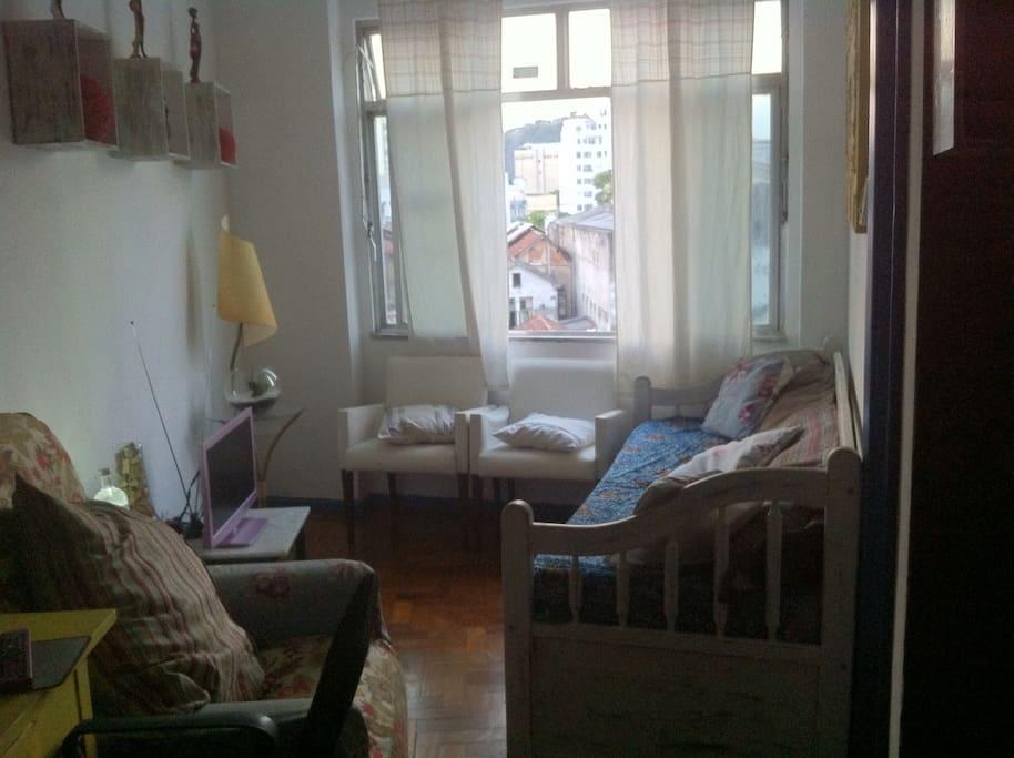 Sala com sofá cama para duas pessoas