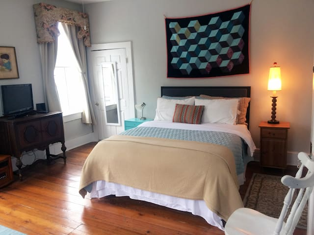 Cozy Midtown Suite w/ Private Bath and Parking