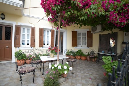 Central Flat In a Traditional area! - Ερμούπολη