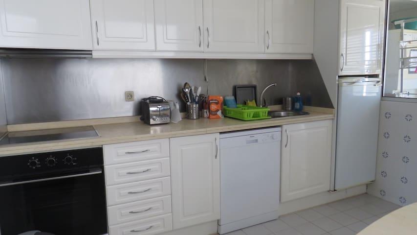Cozinha com maquina de lavar pratos e toda equipada