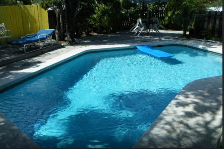 BEST ROOM FOR 2, POOL HOUSE CLOSE TO AIR/SEA PORT!