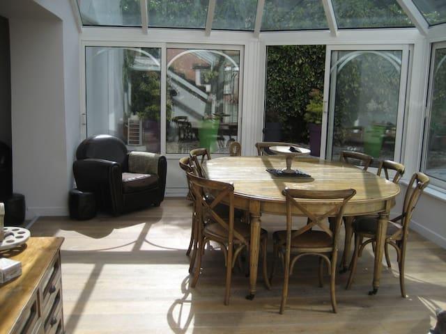 Grande veranda avec pleine vue sur le jardin