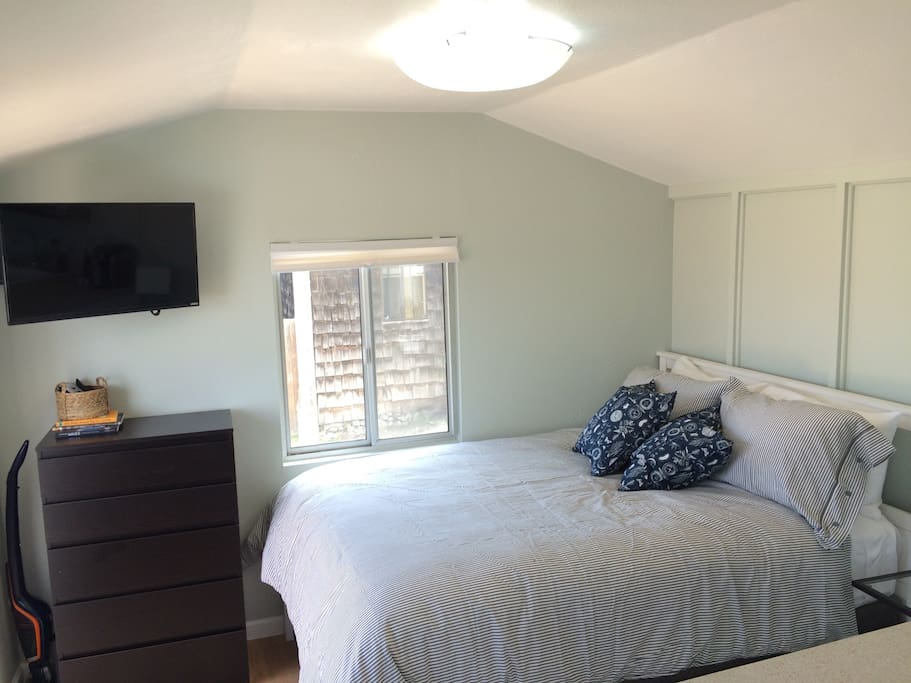 Brand new very comfy Queen size bed, new smart TV, paint and all brand-new furnishings
