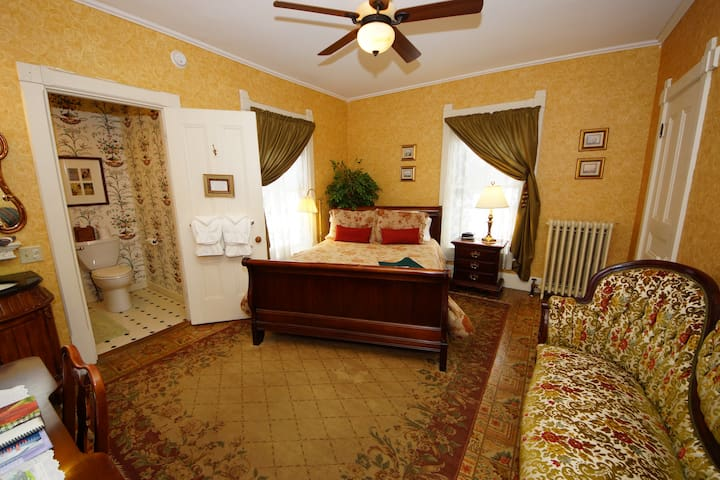 Queen Bedded Room With Full Private Bath - LimeRock Inn
