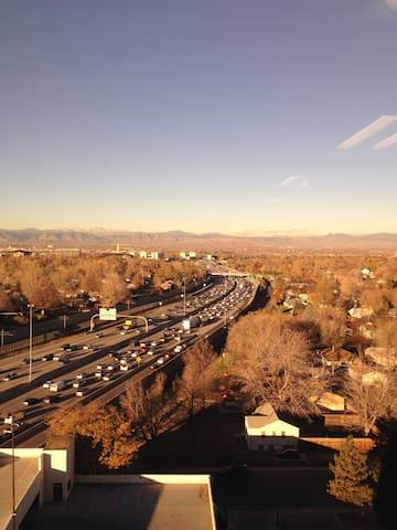 Mile North of downtown Denver. close to lightrail - Denver - Selveierleilighet