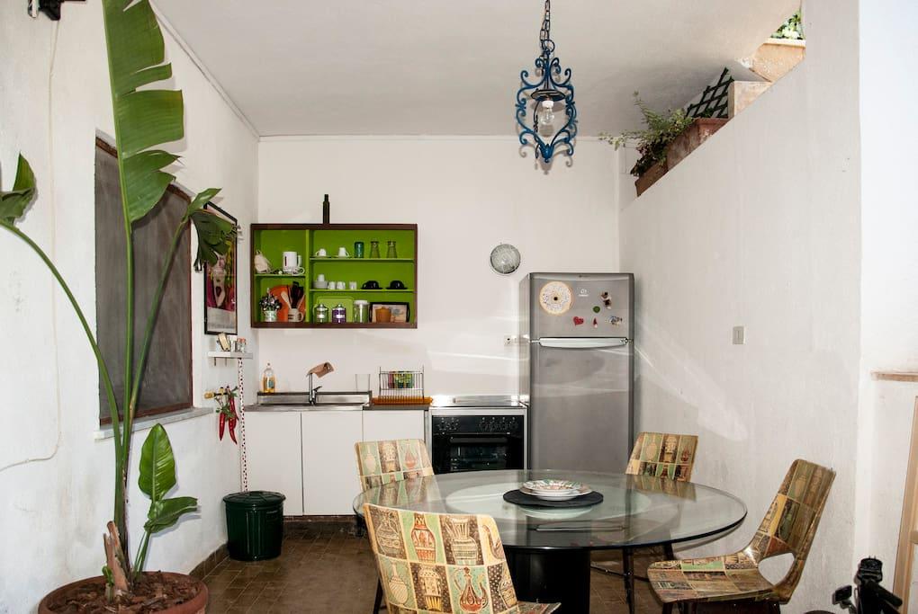 Cucina all'aperto e spazi esterni di pertinenza dell'appartamento